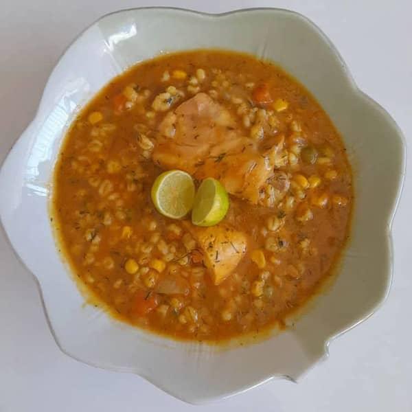طرز تهیه سوپ جو پرک مجلسی برای 10 نفر خیلی خوشمزه کلاسیک دونفره بدون شیر برای سرماخوردگی برای کودک قرمز جو و گندم