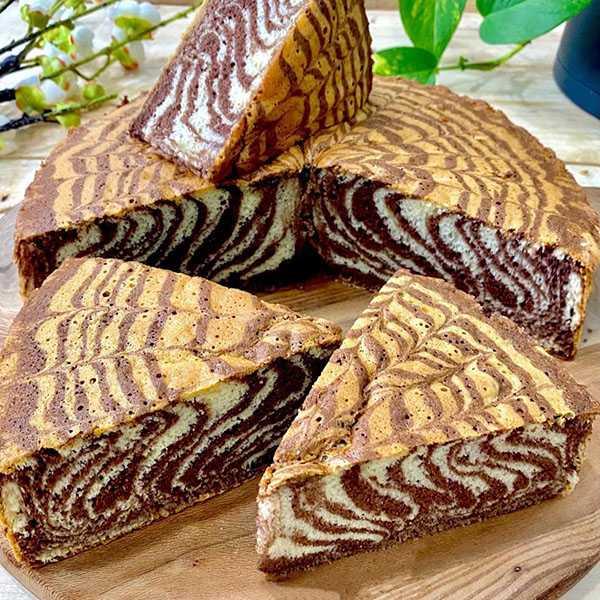 طرز تهیه کیک زبرا با پودر کیک اماده بدون فر با بافتی نرم رنگین کمانی در ماهیتابه رژیمی نکات پخت مواد اولیه هانی شف