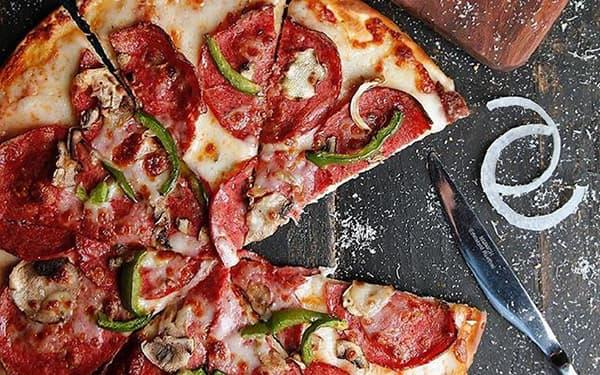 طرز تهیه پیتزا پپرونی با قارچ آمریکایی تند فست فودی در مایکروفر بدون فر سوسیس پپرونی مواد تشکیل دهنده پپرونی مرغ سس