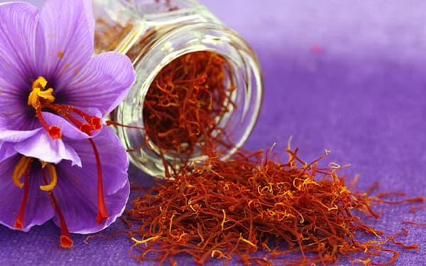 خواص زعفران برای مغز برای قلب زعفران+قاعدگی دم کرده برای زنان و عسل برای کبد برای یبوست