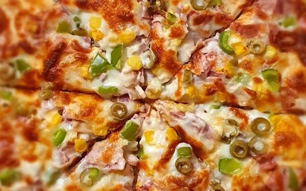 طرز تهیه پیتزا مرغ و قارچ با خمیر آماده بدون فر بدون قارچ ساده در ماهیتابه خانگی در توستر ایتالیایی تنوری