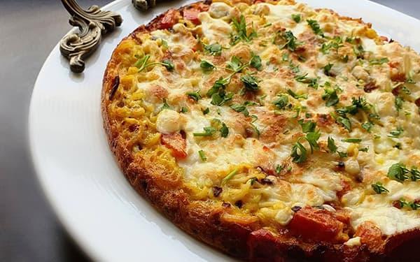 طرز تهیه املت نودل صبحانه با نودل و سبزیجات املت با رشته نودل با پینر پیتزا و فلفل دلمه ای
