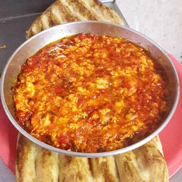 طرز تهیه املت گوجه فرنگی با پنیر پیتزابا فلفل دلمه با رب محلیرشتی خوشمزه با سیر